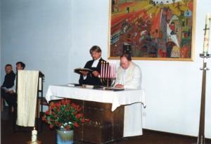 Der evangelische Pastor Horst Eisel und der katholische Pallotiner Paul Eisenkopf (+) am Altar in der Kapelle des Hedwig Dransfeld-Hauses Bendorf.