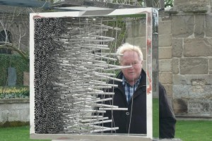 Im Frühjahr dieses Jahres war im Koblenzer Museum Ludwig eine Ausstellung chinesischer Künsler. Hier auf dem Bild ist eine räumliche Glaskomposition zu sehen,Sie erinnert an die Gestalt unser ganzen Welt, die mal durchschaubar ist und dann wieder nicht, immer aber sehr zerbrechlich.