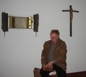 Dieter Kittlauß mit den Bruchstücken der Madonna